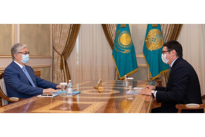 """托卡耶夫总统接见""""萨姆鲁克-卡泽纳""""国家基金董事会主席"""