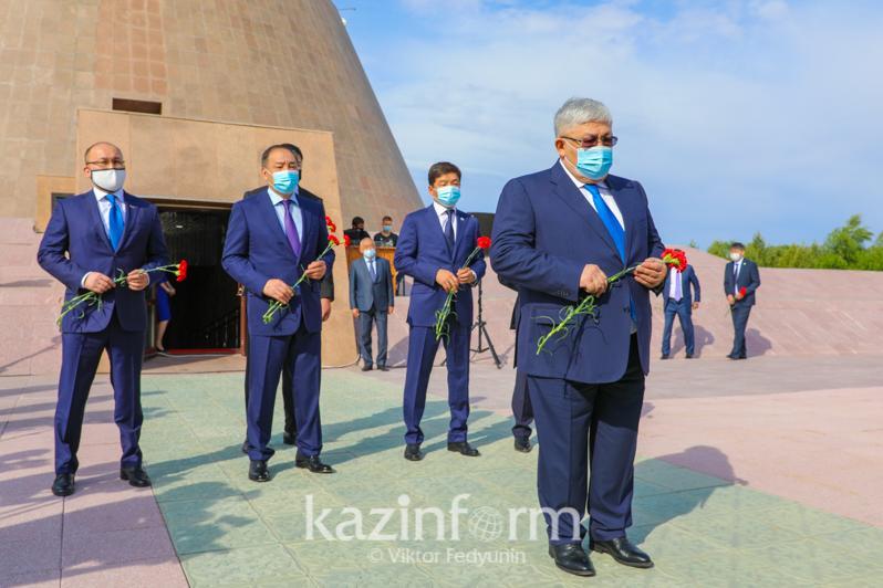 Госсекретарь возложил цветы к Стене памяти музейно-мемориального комплекса «АЛЖИР»