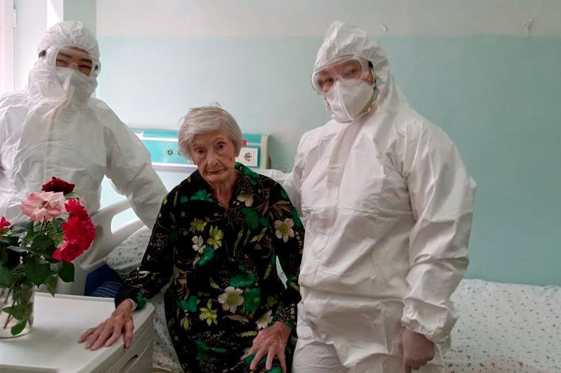 突厥斯坦州99岁二战老兵战胜新冠肺炎