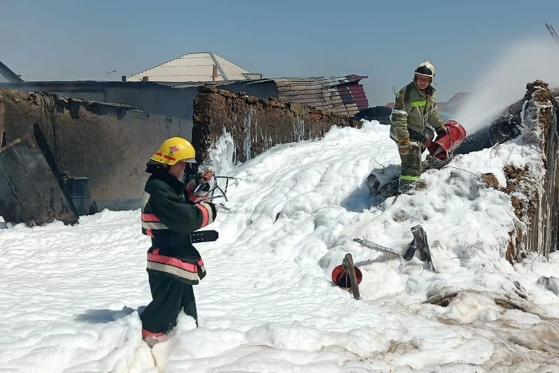 Пожар в доме, где хранилось 10 тонн горючего, произошел в Кызылорде