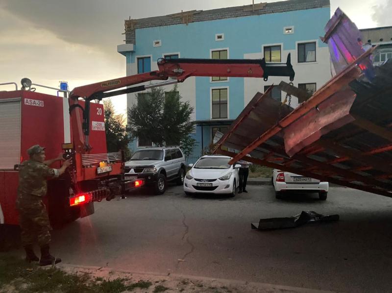 Сильный ветер сорвал крыши с 10 зданий в Шымкенте