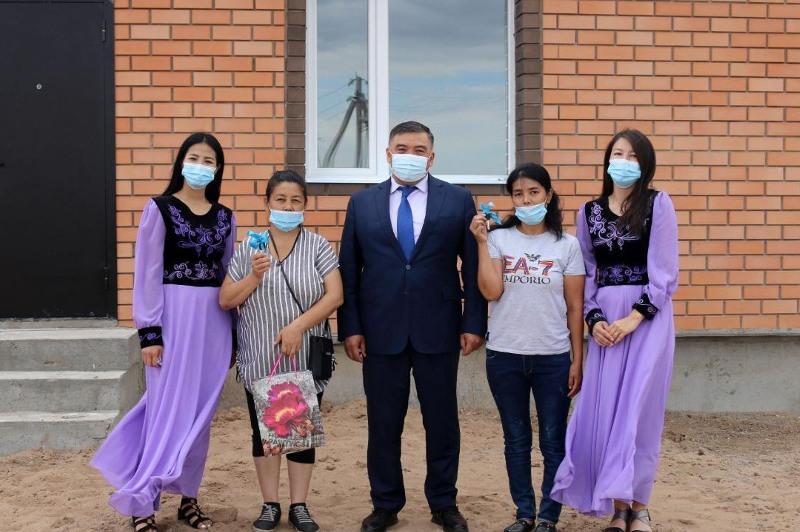 Ключи от квартир вручили двум семьям в Нуринском районе Карагандинской области