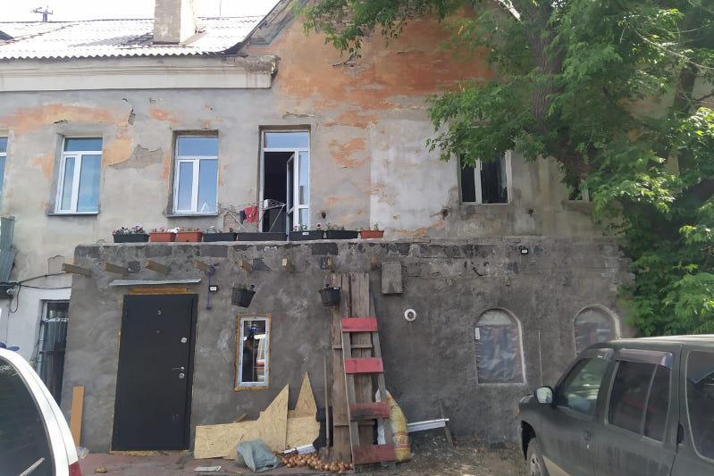 С крыши пристройки упал годовалый ребенок в Сарани