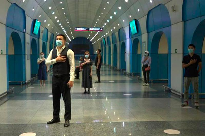 Алматинцы исполнили гимн одновременно в разных местах