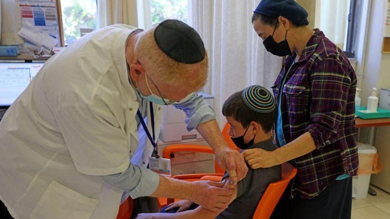 Израиль начинает вакцинацию подростков против коронавируса