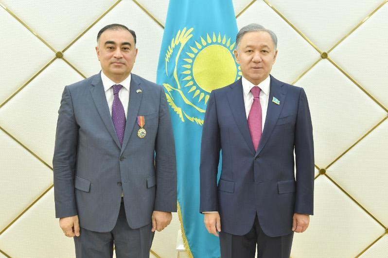 马吉利斯议长会见阿塞拜疆驻哈大使