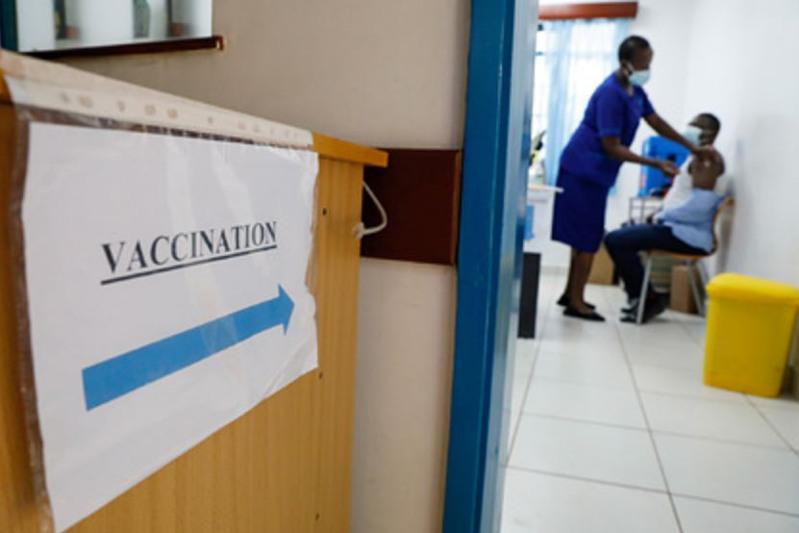 Кенияда коронавирусга қарши вакцинанинг ўрнига сув ишлатилган