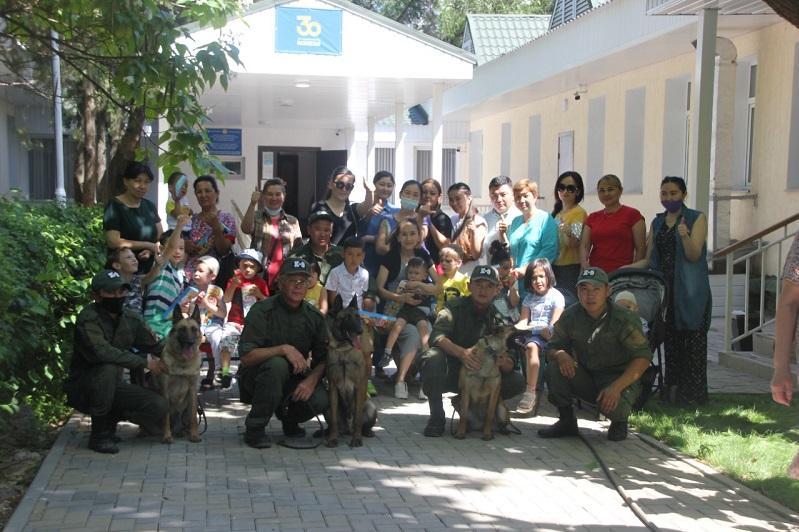 Детей из реабилитационного центра познакомили с профессией кинолога в Алматы