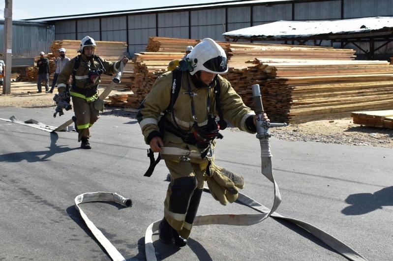 Условныйпожар на строительном рынке тушили жамбылские спасатели