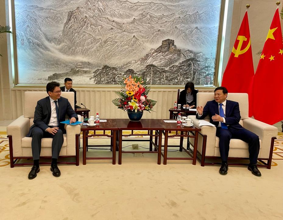 哈萨克斯坦驻华大使会见中共中央对外联络部副部长