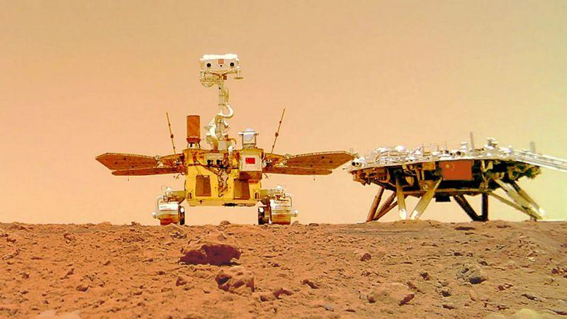 Китайский марсоход прислал селфи с Красной планеты