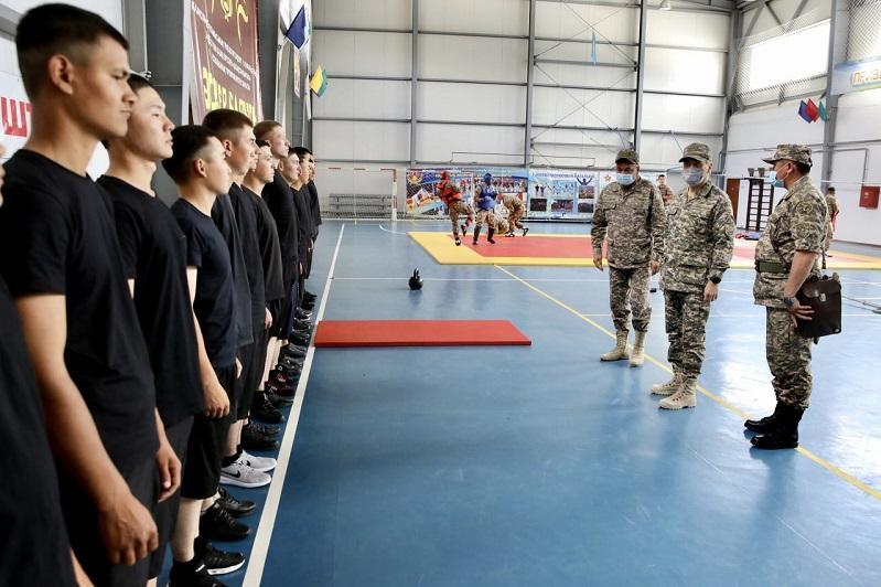 Министр обороны провел встречу с солдатами срочной службы в Семее