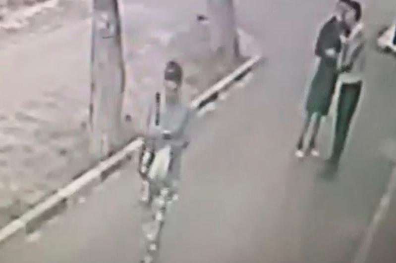 Елорданың екі тұрғыны көшеде әйелдердің алқаларын жұлып әкетіп отырған