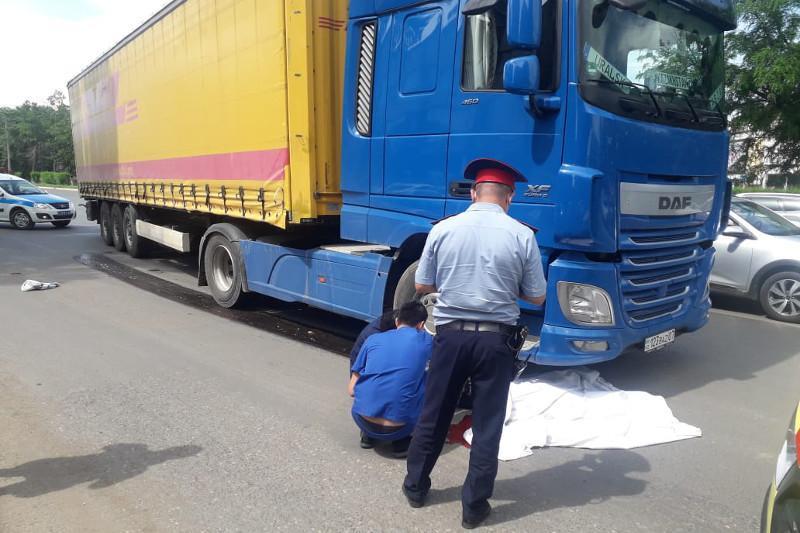 Грузовик сбил насмерть женщину в Уральске