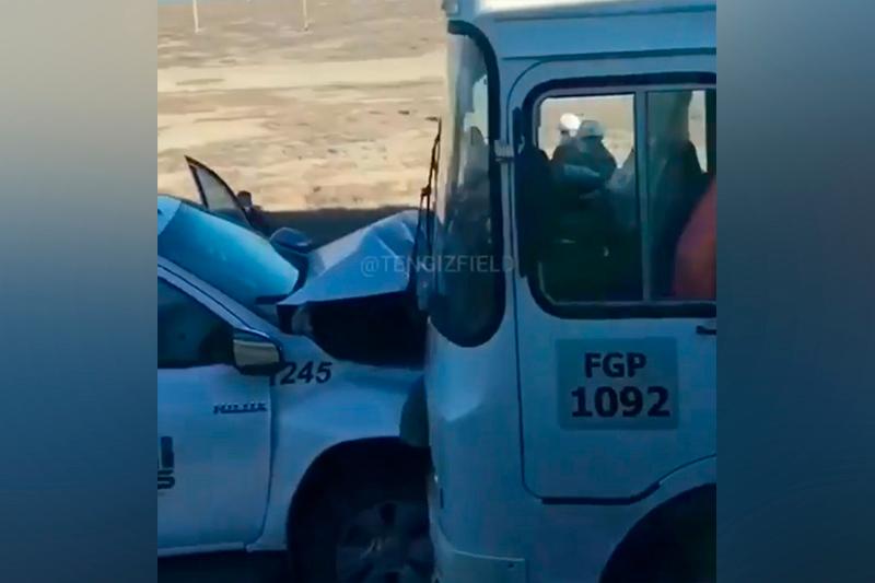 На Тенгизе автобус столкнулся с легковым автомобилем