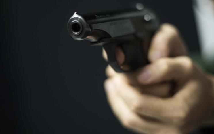 Алматинцев напугал мужчина с пистолетом в руках