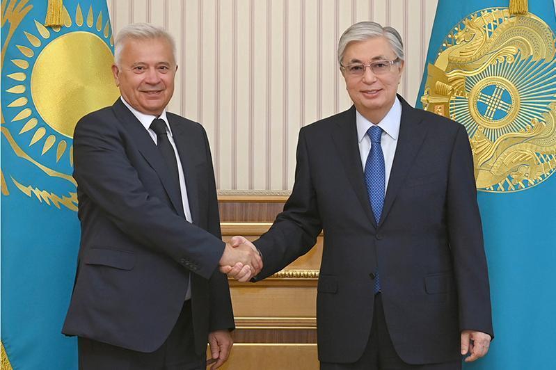 托卡耶夫总统会见卢克石油公司总裁