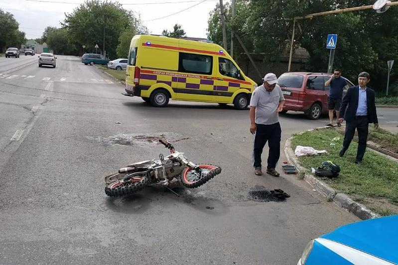 Оралда автокөлік мотоциклмен жүрген екі жасөспірімді қағып кетті