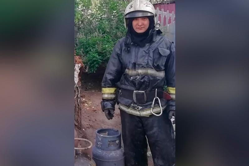 Пожарный вынес 27-литровый газовый баллон из огня в Павлодаре