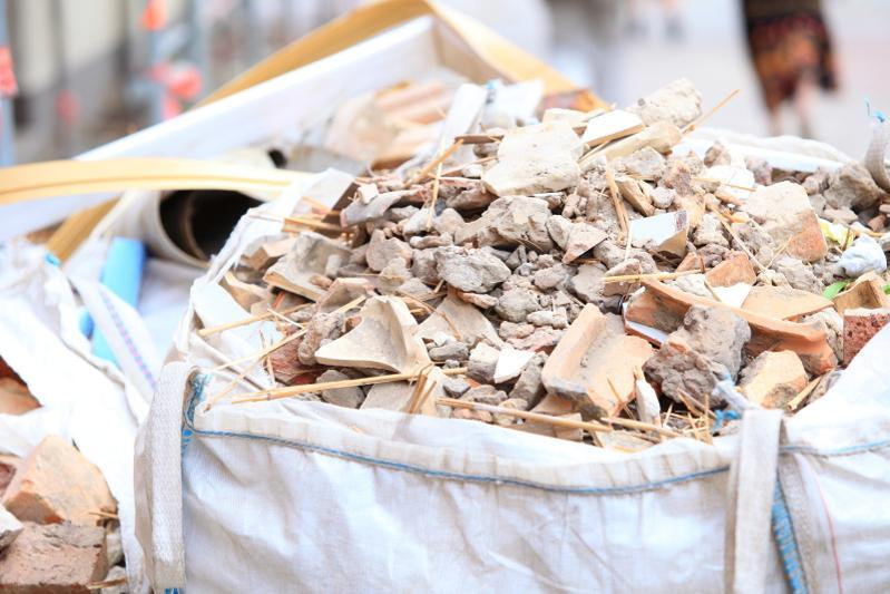 Водителя грузовика наказали за выгруз строительного мусора в Павлодаре