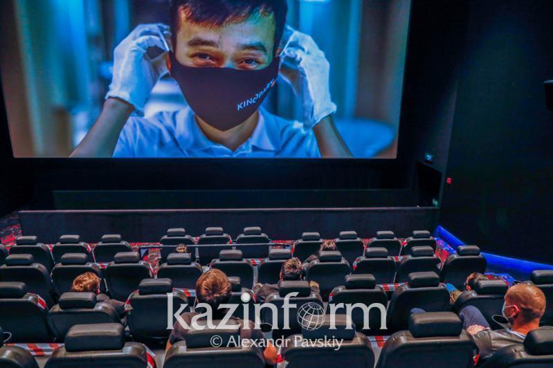 Almatyda koronavırýs juqtyrǵanyna qaramastan kınoteatrǵa barǵan qyz aıyppul tóleıdi
