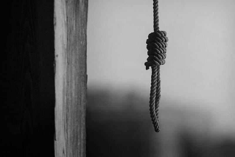 Атырауда 51 жастағы тұрғын үйінің ауласында асылып қалды