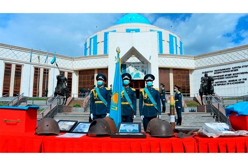 二战烈士遗骸归国 英雄规格安葬