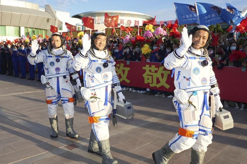 Китайские космонавты вошли на борт собственной орбитальной космической станции