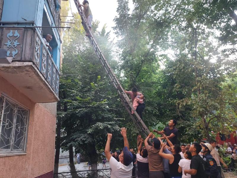 Пятерых спасли, 25 человек эвакуировали при пожарев Таразе