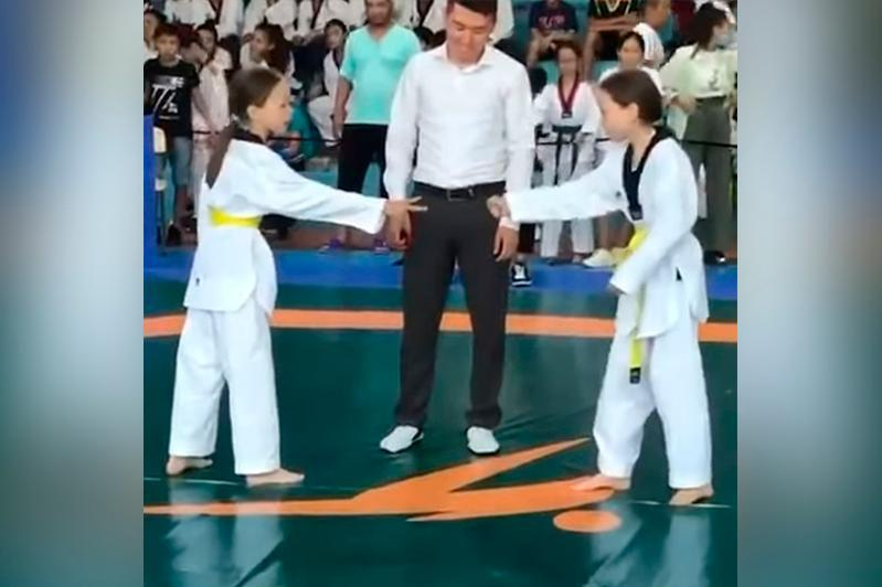 全国青少年跆拳道大赛:决赛相遇不愿对打 双胞胎姐妹猜拳决胜负