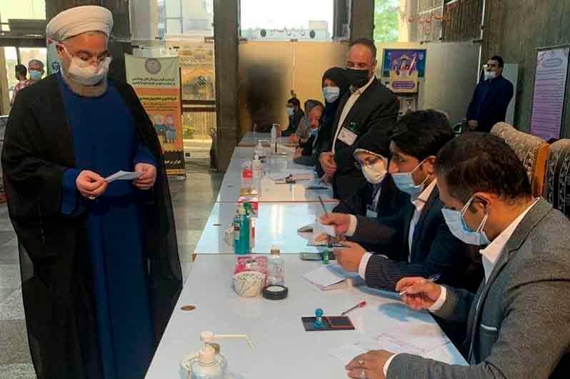 伊朗总统大选投票开始 现任总统鲁哈尼完成投票