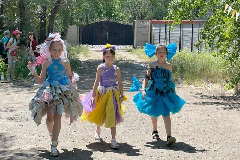 Павлодарские школьники мастерили одежду из «мусора»