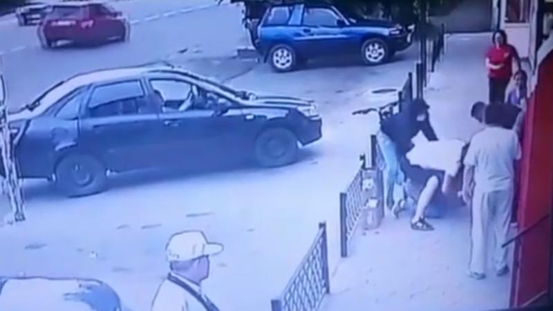 Алматы облысында ер адамды бір топ жігіт жабылып ұрғаны видеоға түсіп қалды