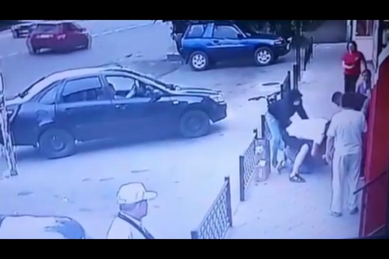 Талғарда ер адамды бір топ жігіт жабылып ұрғаны видеоға түсіп қалды