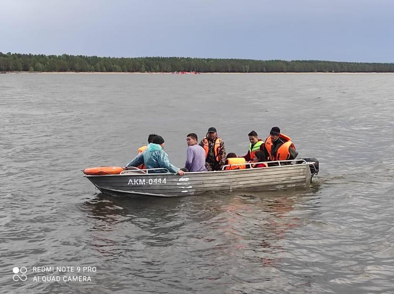 Пять человек перевернулись на мини-яхте на озере Боровое