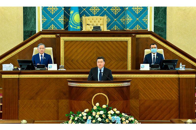 Аскар Мамин выступил с отчетом о работе правительства на совместном заседании палат парламента