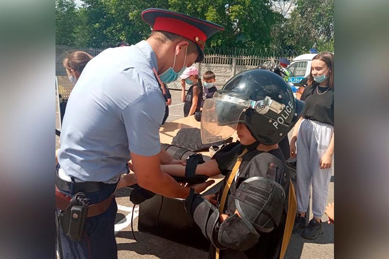 В Павлодарской области дети примерили полицейские бронежилеты
