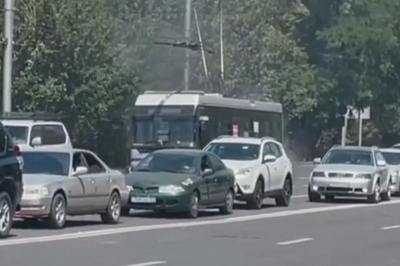 Almatyda trolleıbýs órtenip kete jazdady