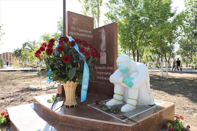 Монумент памяти медработников, погибших в борьбе с COVID-19, открыли в Таразе