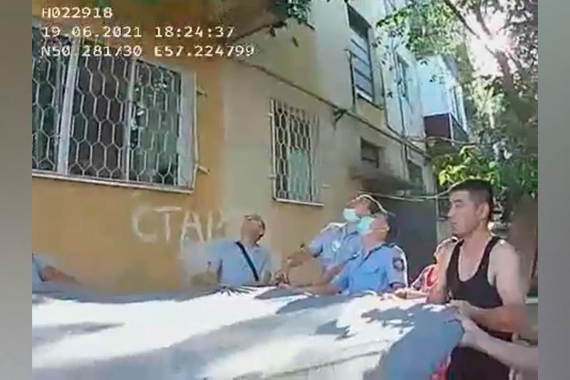 Полицейские в Актобе спасли женщину от суицида с помощью растянутого одеяла
