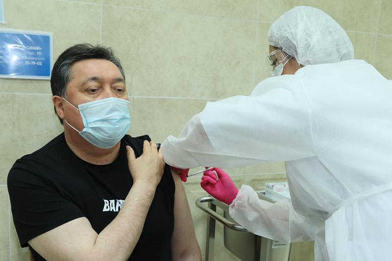 Премьер-Министр РК Аскар Мамин сделал прививку против коронавируса
