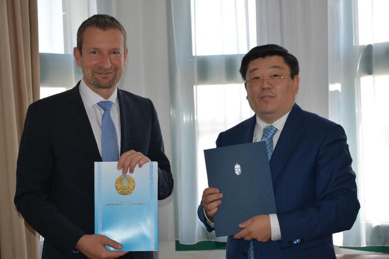 Венгрия первой в ЕС признала паспорта вакцинации Казахстана