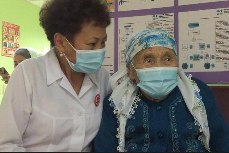 99-летняя бабушка получила вакцину от COVID-19 в Алматы