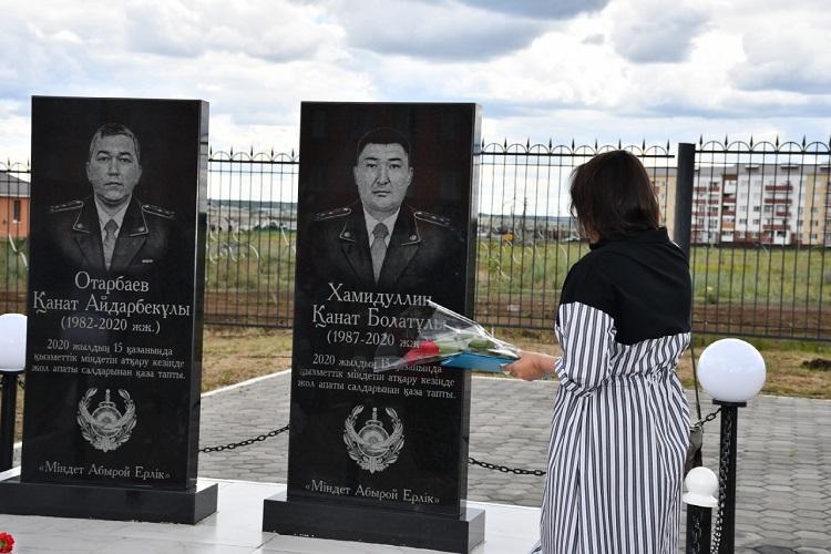 Монумент двум погибшим в ДТП полицейским установили в Акмолинской области