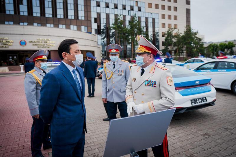 Алтай Кульгинов вручил ключи от автомобилей столичным полицейским