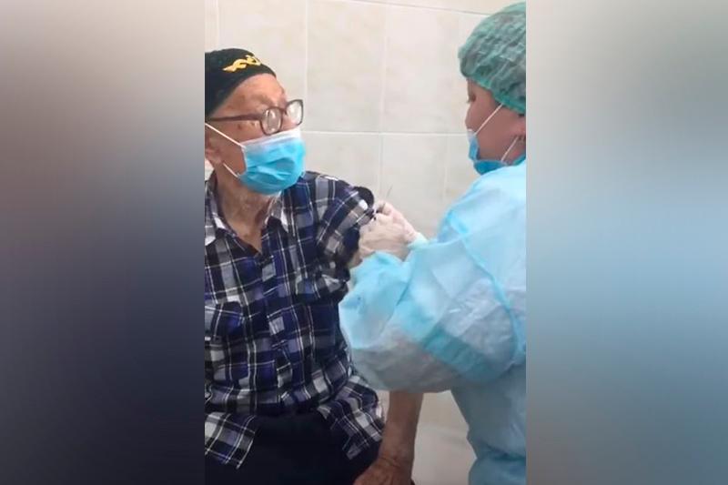 93-летний житель СКО получил вакцину против коронавируса