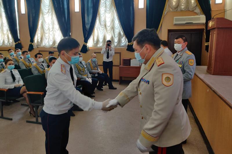 Алматинских полицейских поздравили с профессиональным праздником