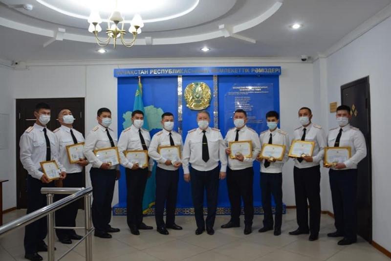 Девять полицейских наградили медалямив Атырау