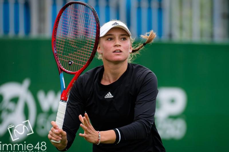Теннис: Елена Рыбакина Истбурнда әлемнің бесінші ракеткасын ұтты