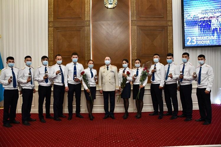 Первые офицерские погоны получили 12 молодых полицейских Акмолинской области